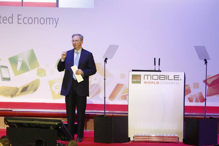 에릭 슈미트 회장이 MWC 2012에서 기조연설을 하고 있다.