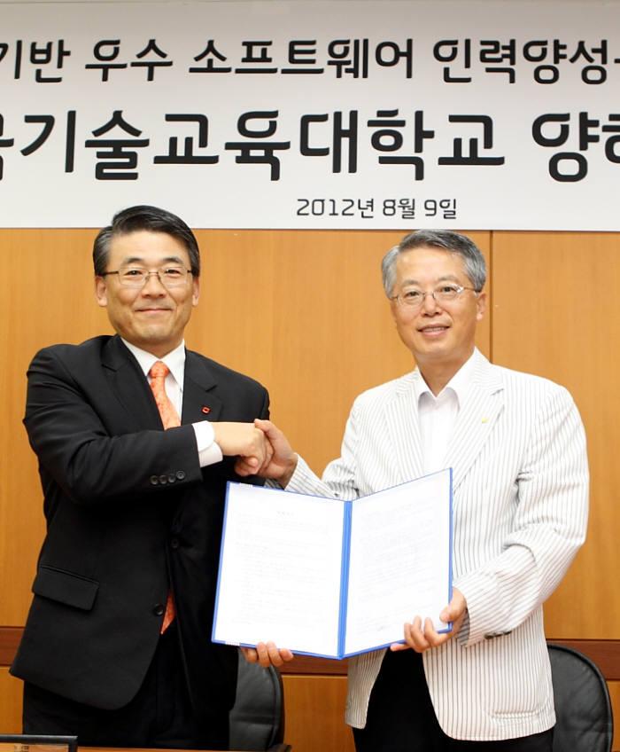 KT와 한국기술교육대학교는 천안 한기대에서 우수 소프트웨어(SW) 인력 양성을 위한 전문 교육 프로그램 개발과 실습과정 개설을 위한 양해각서(MOU)를 교환했다. 홍원기 KT종합기술원장(왼쪽)과 전운기 한기대 총장이 협약서에 서명 후 손을 맞잡고 있다.