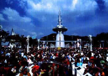 1993년 대전엑스포 한빛탑 광장에 모인 관람객 모습.
