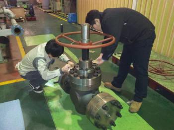 코밸 연구원이 밸브 제품을 점검하고 있다