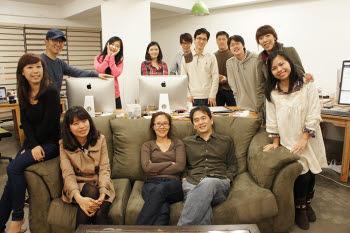 관심사 기반 SNS로 글로벌 평정에 나선 `빙글`.호창성(맨 앞줄 오른쪽)·문지원(맨 앞줄 가운데)대표와 빙글 팀원들.