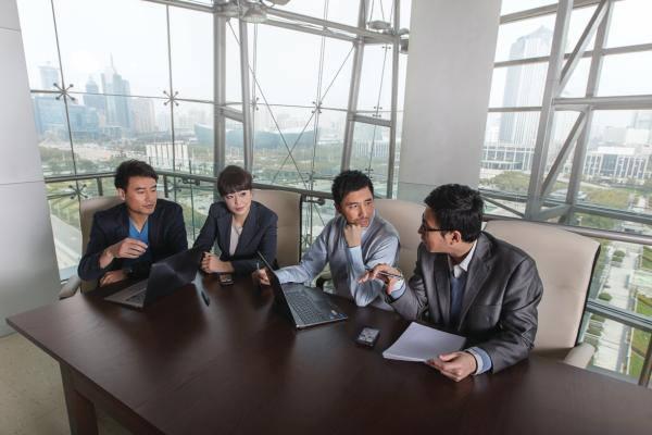개인 모바일 장비를 업무에 활용하는 BYOD가 새로운 기업 업무 형태로 자리잡는다. 직원 편의성과 생산성 제고를 위해 많은 기업이 BYOD를 검토한다. 사진은 인텔 직원들이 개인 장비를 활용해 회의를 진행하는 모습.