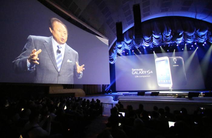 지난 3월 미국 뉴욕 라디오 시티 뮤직홀에서 개최된 `삼성 언팩 2013`에서 신종균 사장이 차세대 스마트폰 `갤럭시 S 4`를 소개하고 있다. 미국 언론은 갤럭시S4가 가장 뛰어난 안드로이드폰은 아니라고 혹평했다.