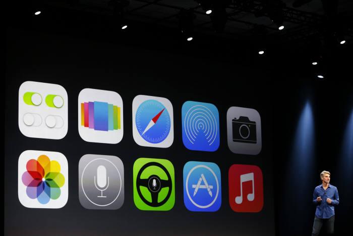 애플의 크레이그 페데리히 소프트웨어엔지니어링 부사장이 최근 열린 세계개발자대회(WWDC)에서 새로운 iOS7의 특징을 설명하고 있다.