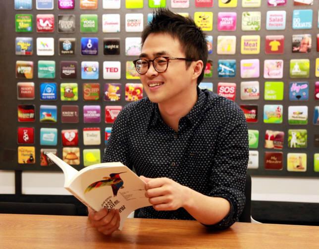 안준희 핸드스튜디오 대표가 회사 개발진과 함께 펴낸 `손에 잡히는 삼성 스마트TV 앱 개발` 도서를 들고 있다.