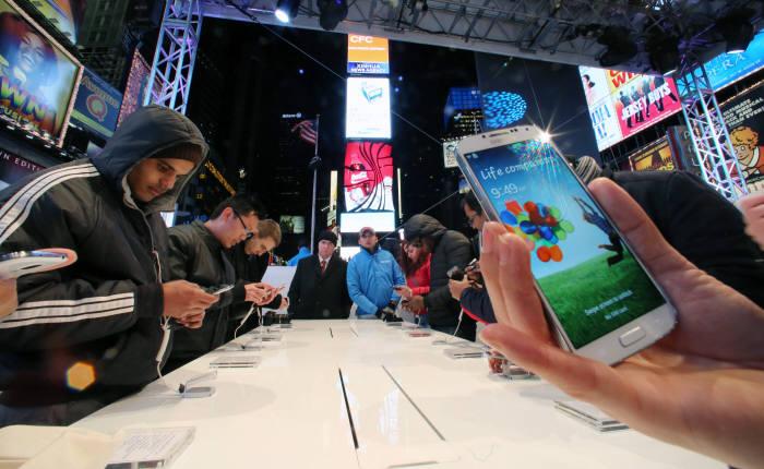 2분기 전 세계 판매된 스마트폰 3대중 1대는 삼성 제품 - 전자신문