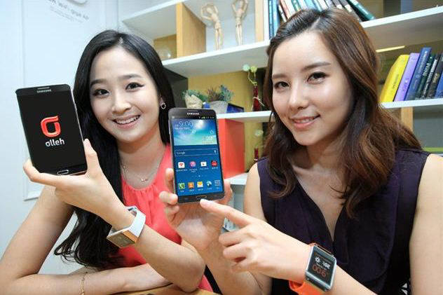 이동통신사 모델들이 새로 출시된 삼성전자 갤럭시노트3를 선보이고 있다.