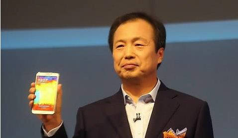 신종균 삼성전자 사장이 언팩 행사에서 갤럭시노트3 를 선보이고 있다. 삼성전자는 내년 3월 갤럭시S와 갤럭시노트 시리즈를 이을 새로운 프리미엄 스마트폰 모델을 출시할 계획이다.
