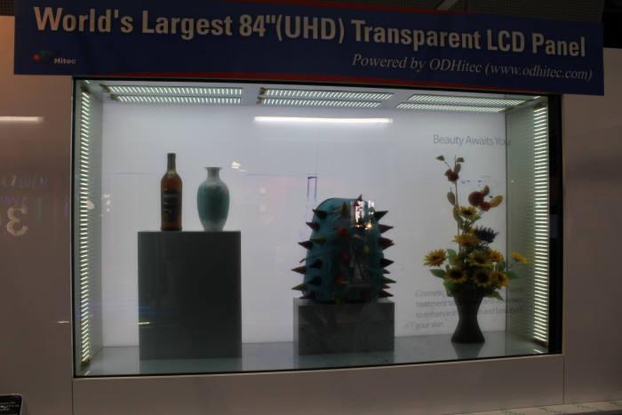 오디하이텍이 최근 개발해 선보인 84인치 투명 LCD. 내부에 비치한 제품이 훤히 들여다 보며 화면에서는 관련 영상이나 사진 등을 감상할 수 있다.