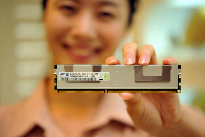 삼성전자가 지난 2011년 공개한 실리콘관통전극(TSV) D램 패키지