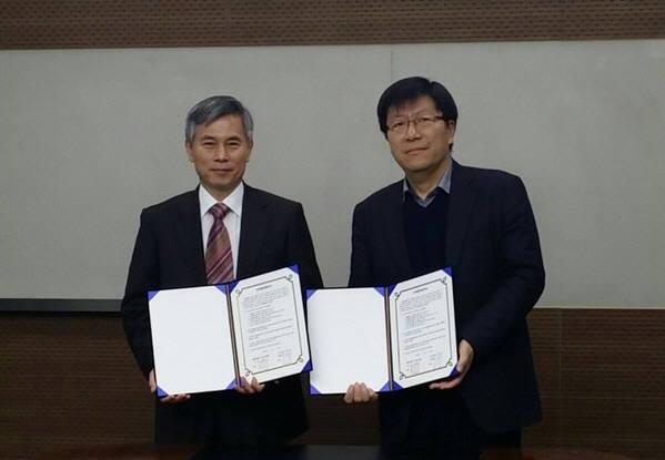 이선진 엔키아 대표(왼쪽)와 채진석 가톨릭대학교 교수가 MOU 교환후 기념촬영을 하고 있다.