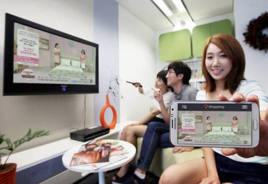 CJ오쇼핑과 GS샵 등 주요 홈쇼핑사와 SK텔레콤은 TV홈쇼핑 방송을 스마트폰 한 화면에서 보고, 제품을 구매하는 모바일 통합 TV홈쇼핑 서비스 `T쇼핑`을 선보였다.