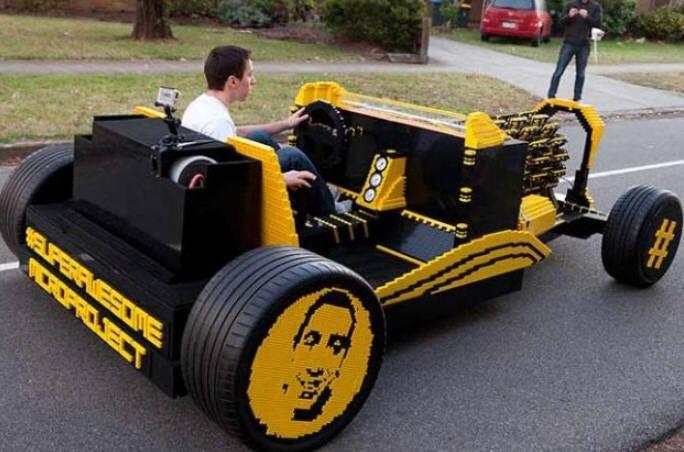 레고 50만 조각으로 만든 레고자동차가 도로 위를 주행하고 있다.<사진출처:유튜브>