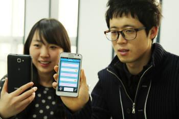 엘엔아이소프트 직원들이 자사가 개발한 음성인식 소프트웨어가 내장된 스마트폰을 시연하고 있다.