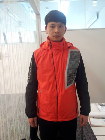 3월말 열리는 `코오롱 고교 구간마라톤대회` 40명의 심판이 착용할 아웃도어 제품을 코오롱 인더스트리 관계자가 입고 있다.