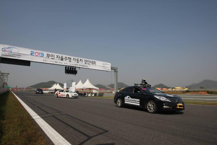 지난 11일 영암에서 열린 무인 자율주행 자동차 경진대회 참가 차량이 출발선을 지나고 있다.