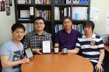 조정현 영남이공대학 교수(오른쪽에서 두번째)와 다울디엔에스 관계자들이 돈터치 앱을 소개하고 있다.