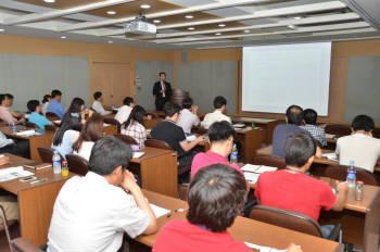 김병준 삼성SDI 수석연구원이 18일 재료연구소에서 열린 소재융합세미나에서 박막태양전지에 대해 소개하고 있다.
