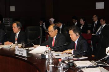 이계철 방송통신위원장은 7일(현지시각) 러시아 상트페테르부르크에서 개막한 제9차 아시아태평양경제협력체(APEC) 통신장관회의에서 주제발표를 통해경제 위기 극복을 위한 대안으로 정보통신기술(ICT)을 제시했다.
