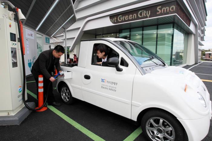 KT가 한국환경공단이 추진하는 `전국 단위 전기자동차 충전인프라 종합정보시스템 시범구축` 주사업자로 선정됐다. 사진은 제주 스마트그리드 실증단지에 위치한 `KT 스마트 그린시티` 전기차충전소에서 충전하는 모습.