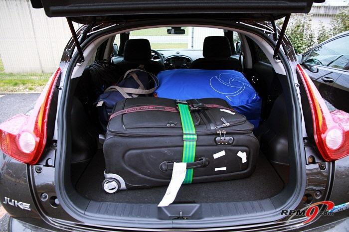뒷좌석 등받이를 접으면 넉넉한 트렁크 공간으로 변신한다.