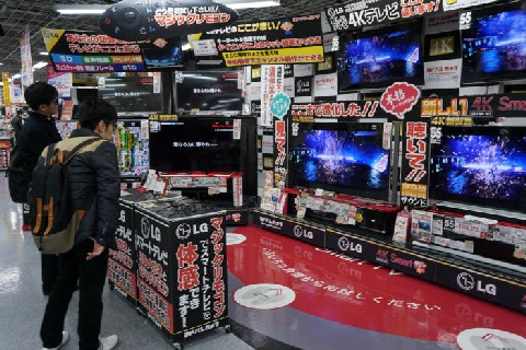 At the LG Electronics booth in the TV shop on the 3rd floor of Yodobashi Camera's Umeda store in Osaka, Japan, citizens are watching the 3D images of LGE. / Osaka (Tokyo)= Seo Hyeong-seok