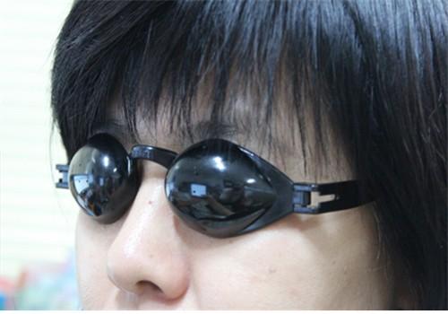 ▲ 하루 5분 눈 운동을 위해 개발한 5개 구멍의 핀홀안경