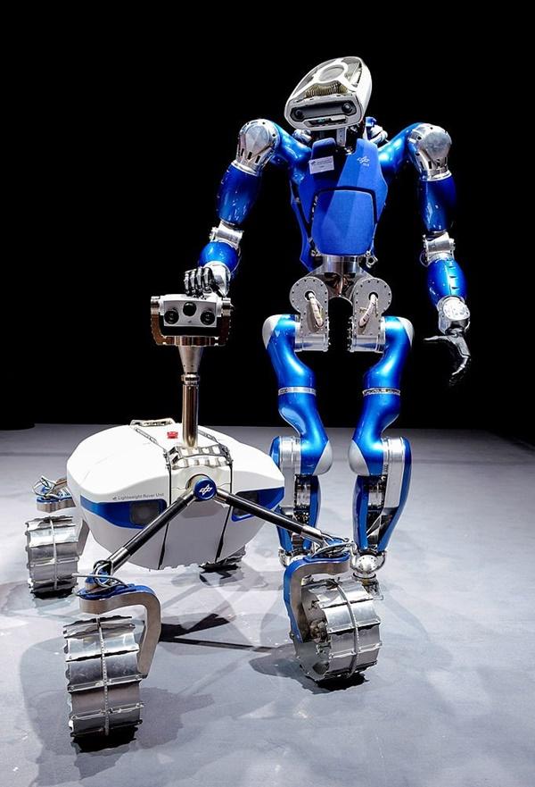 로봇이 제품가격이나 서비스 가격을 담합해 경제질서를 흐트러뜨릴 수 있다. 이런 경우에 어떻게 처벌할 수 있을까? 옥스포드대와 테네시대 법대 교수가 인공지능 로봇 사용시대를 맞아 인가이 이런 문제에 대해 대응하지 못하고 있다고 지적했다. 사진=위키미디아/독일 DLR항공우주센터