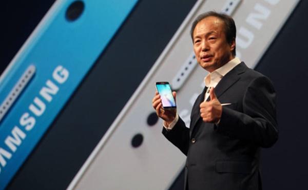 삼성의 올해 갤럭시S6·갤럭시S6엣지 판매량이 5천만대에 이를 것으로 전망됐다. 이렇게 되면 갤럭시S 모델 사상 최대 판매량(4500만대)을 기록한 갤럭시S4의 출시 첫 해 판매기록을 넘어서게 된다. 신종균 삼성전자 무선사업부 사장이 지난 달 1일(현지시각) 스페인 바르셀로나 컨벤션센터(CCIB)에서 '갤럭시S6'와 갤럭시S5 엣지'를 공개하는 모습. 사진=전자신문DB