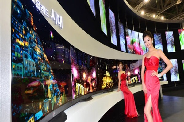 <Time when OLED TV gets popularized is coming very rapidly because price of display is decreasing.  Picture shows OLED TV LG Electronics' booth's models introducing OLED TV.  Picture = EtnewsDB>