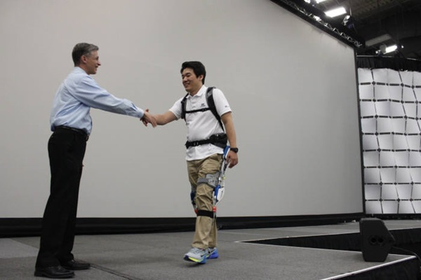 Head Researcher Park Sang In of Hyundai's Central Laboratory shook hands with Head Director David Wilson of NI Academic Product by walking up on a stage wearing wearable robot H-LEX.  Photo = ETNews.com
