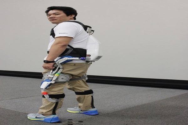 Head Researcher Park Sang In of Hyundai's Central Laboratory demonstrated how the robot works by wearing wearable robot H-LEX.
