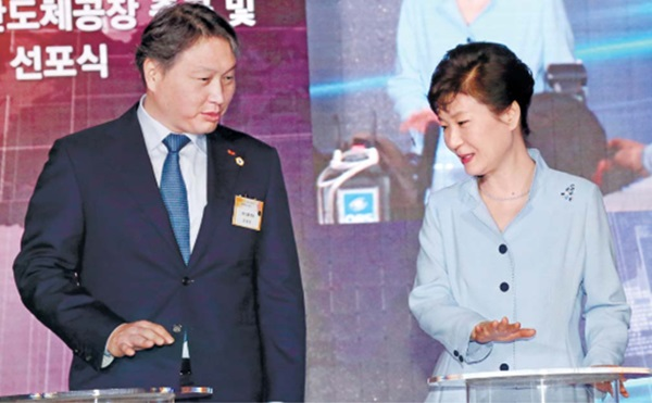 President Park Geun-hye (right) and SK Group chairman Chey Tae-won talk at SK hynix`s wsorld's largest new chip plant dedication in Icheon, Gyeonggi Province, Tuesday. Photo=ETNews.com