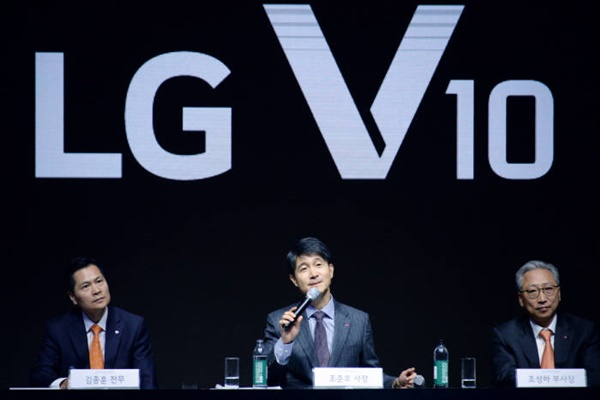 Director Cho Joon Ho of LG Electronics' MC Business Headquarters (President, middle), Director Cho Sung Ha of LG Electronics' MC Business Headquarters' Korea Business FD (Vice-President, right), and Director Kim Jong Hoon of LG Electronics' MC Business Headquarters' Product Planning Group (Executive Director, left) are answering to reporters' questions at a meeting that was held at Sevit Island in Seoul to talk about a release of LG Electronics' strategic Smartphone 'V10'. 2015.10.01/ <Picture = LG Electronics>