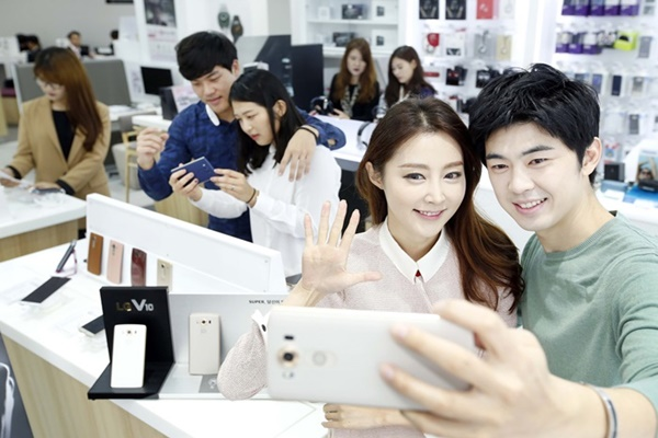 LG Electronics' strategic Smartphone 'LG V10' that was released in October.  LG Electronics' models are taking a selfie with V10.