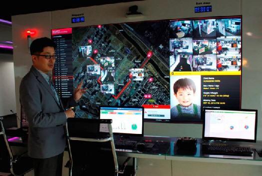 시스코코리아는 26일 인천 송도 만물인터넷 솔루션 혁신센터에서 IoT 솔루션을 소개했다. 손주영 시스코코리아 이사가 미아찾기 솔루션을 선보였다.
