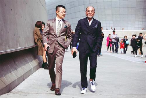 ▲'헬로우젠틀'이 최근 전속 계약을 체결한 SNS 스타 '아빠와 아들'의 최수혁(왼쪽)과 최수혁 父(오른쪽).