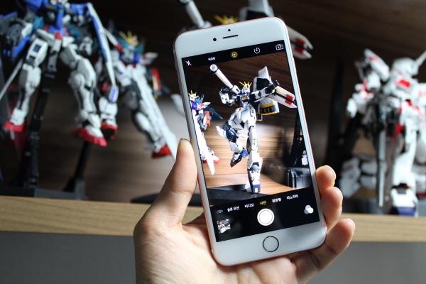 라이브포토는 카메라 앱 상단 중앙의 노란색 아이콘을 통해 켜고 끌 수 있다.