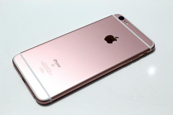 아이폰6S 시리즈에는 처음으로 로즈골드 색상이 추가됐다. 내년 아이폰7 출시전까지 로즈골드는 아이폰6S 시리즈가 유일하다.