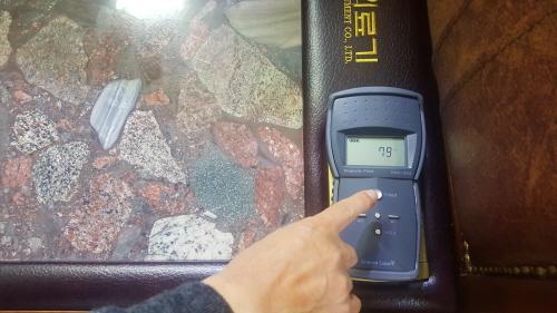 미건의료기가 식약처에서 인증받은 전자파측정기를 기존에 출시된 소파에 올려놓았다. 전자파 수치가 표시되는 모습.