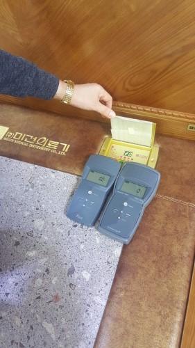 미건의료기의 돌침대에 전자파 측정기를 올려놓자 수치가 `0`이 나왔다.