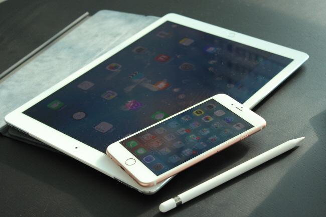 아이폰6S 플러스(상)와 아이패드 프로