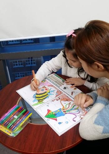 가상수족관 체험장에서 아이들이 동물그림에 색깔을 입히고 있다.