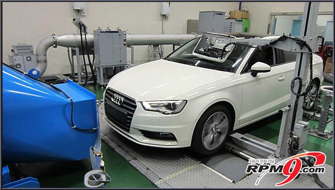 인천 국립환경과학원 교통환경연구소에서 아우디 차량이 주행시험을 받고 있다.