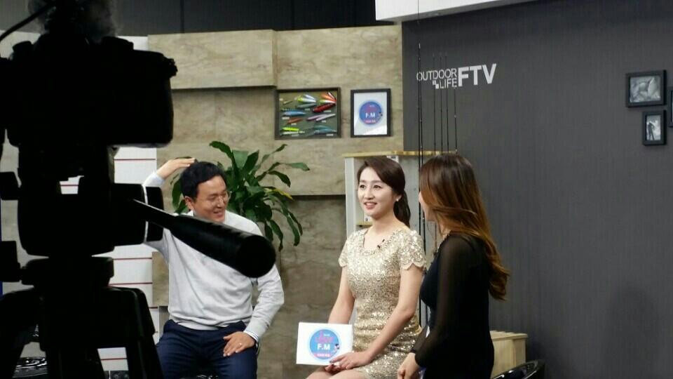 FTV 유나의 러브 F.M 100회 특집 '보이는 라디오' 왼쪽부터 PD최, 염유나 아나운서, 로드걸 이서현 씨