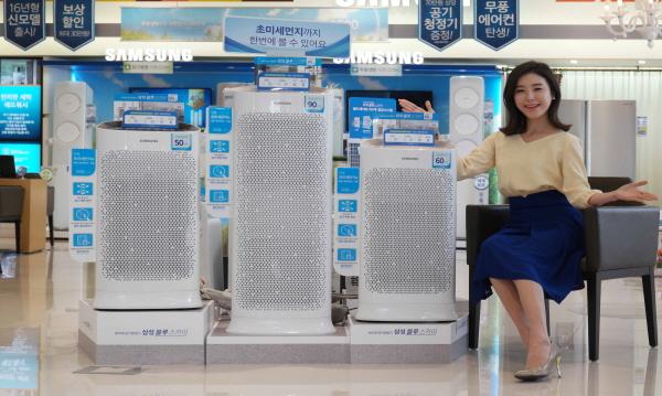 삼성전자 모델이 27일 논현동 삼성 디지털프라자 강남본점에서 삼성전자 초미세 공기청정기'블루스카이' 신제품을 소개하고 있다.