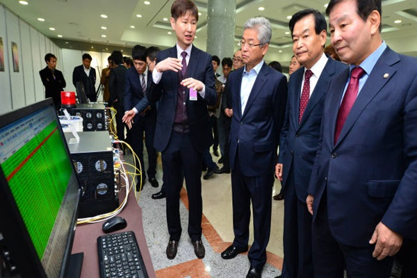 National Assembly's Science Technology Innovation Forum and Quantum Information Communication Research Group had held 'Demonstration of Quantum Cryptography Communication Technology and Exhibition of Related Devices' at National Assembly's Assembly Hall in November of last year.  A representative is explaining uses and principles of quantum cryptography technology.  Staff Reporter Yoon, Sunghyuk | shyoon@etnews.com