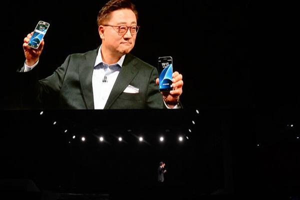 President Ko Dong-jin of Wireless Business Department is introducing Galaxy S7 and Galaxy S7 Edge at MWC that was held in Barcelona.  Staff Reporter Park, Jiho | jihopress@etnews.com