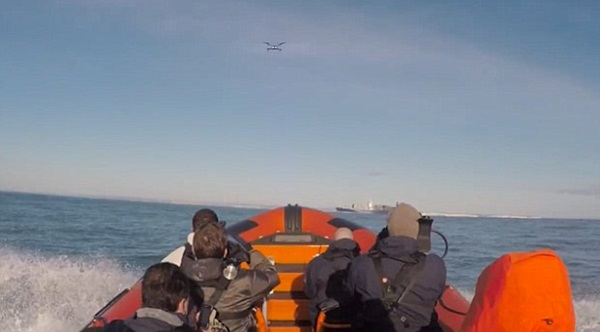 오큐에어 직원들이 영불해협을 건너는 드론을 500미터 거리를 두고 쫓아가고 있다. 이 드론은 35km거리의 영불 해협을 72분만에 건넜다. 사진=오큐에어
