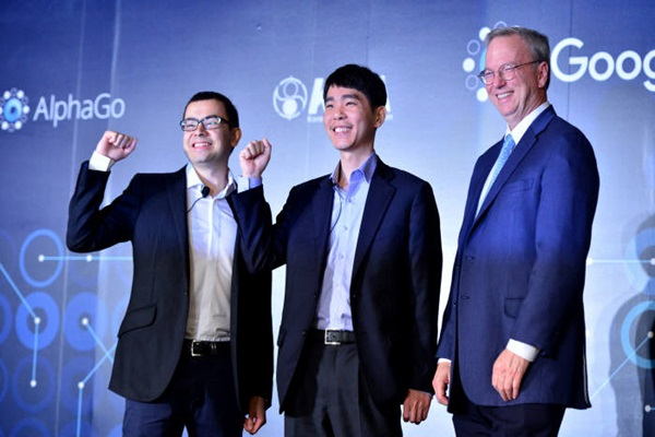 Match between Lee Se-dol (middle), who is a 9-dan rank Go player, and AlphaGo, which is an artificial intelligence (AI) program, will take place on the 9th.  During a press conference, which was held at Four Seasons Hotel in Jongno-gu, Seoul, for 'DeepMind Challenge Match', CEO Demis Hassabis (left) of Google DeepMind and Chairman Eric Schmidt of Google are smiling.  Staff Reporter Yoon, Sunghyuk | shyoon@etnews.com